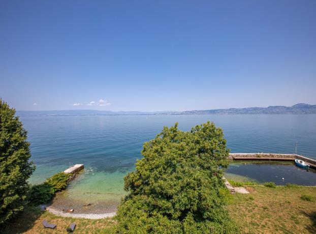 Вилла на берегу озера в пригороде курорта Эвиан-ле-Бен
