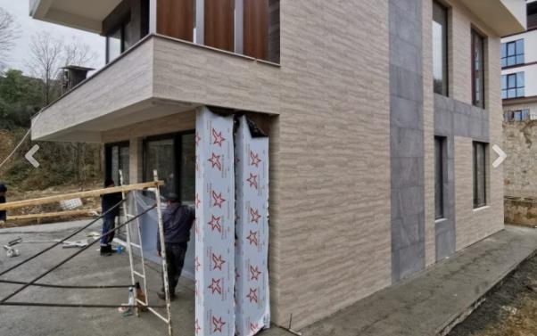 Современный дом с витражным остеклением
