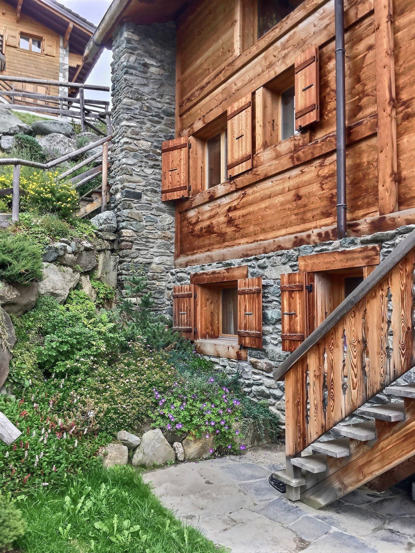 Красивое шале в Швейцарии, в центре курорта Вербье в Альпах