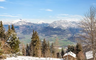 Vue panoramique sur le lac et les montagnes