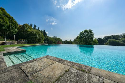 House with pool for sale in England, village of Englefield Green
