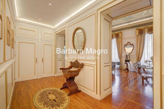 Elegant apartment in Milan in a historic building